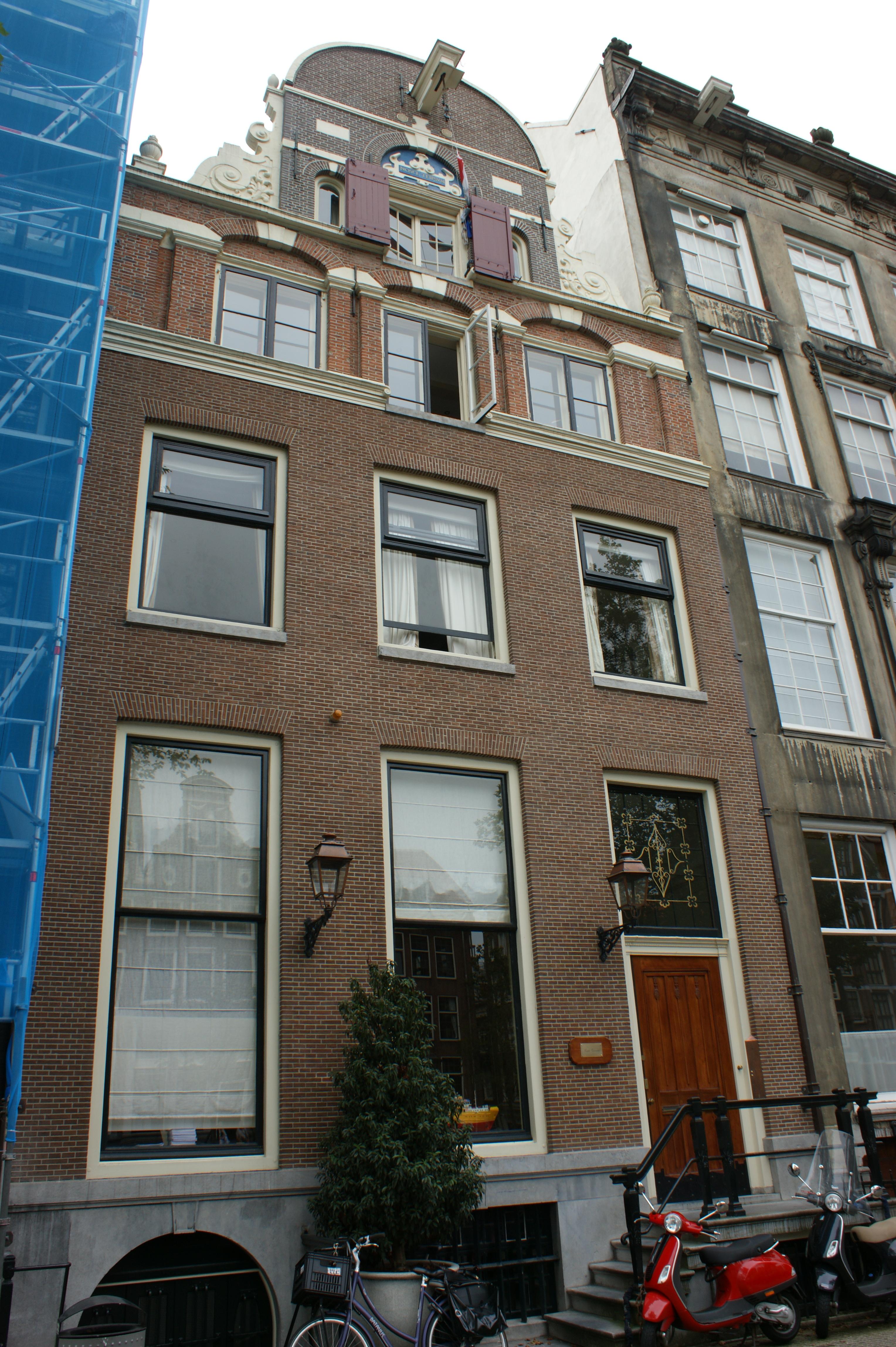 Huis van welks gevel met versiering in de trant met grote boogblokken in amsterdam monument - Provencaalse huis gevel ...