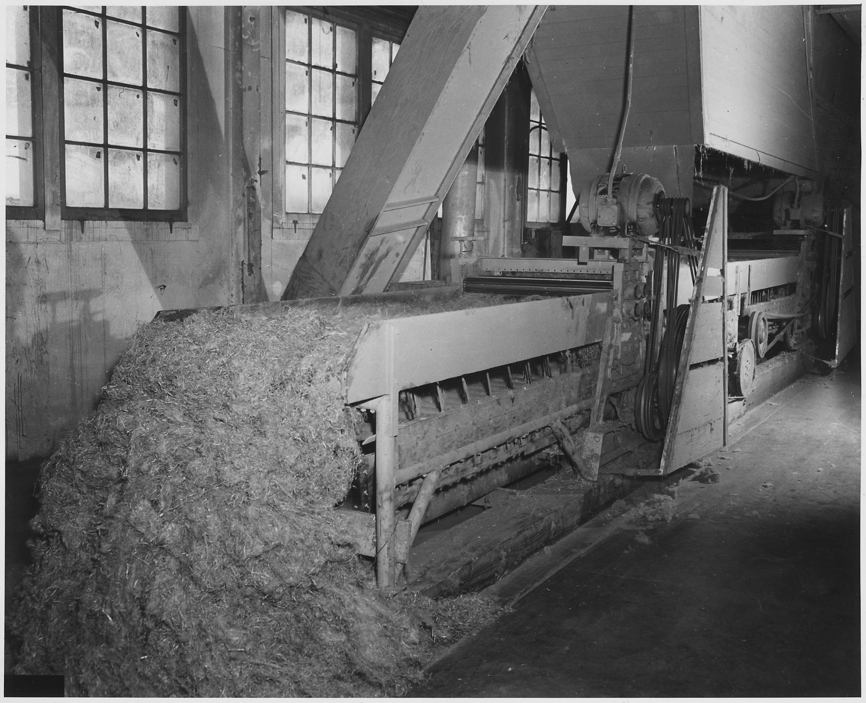 https://upload.wikimedia.org/wikipedia/commons/8/8b/Benton_County_flax_mill_automatic_cleaning_machine_-_NARA_-_283917.jpg