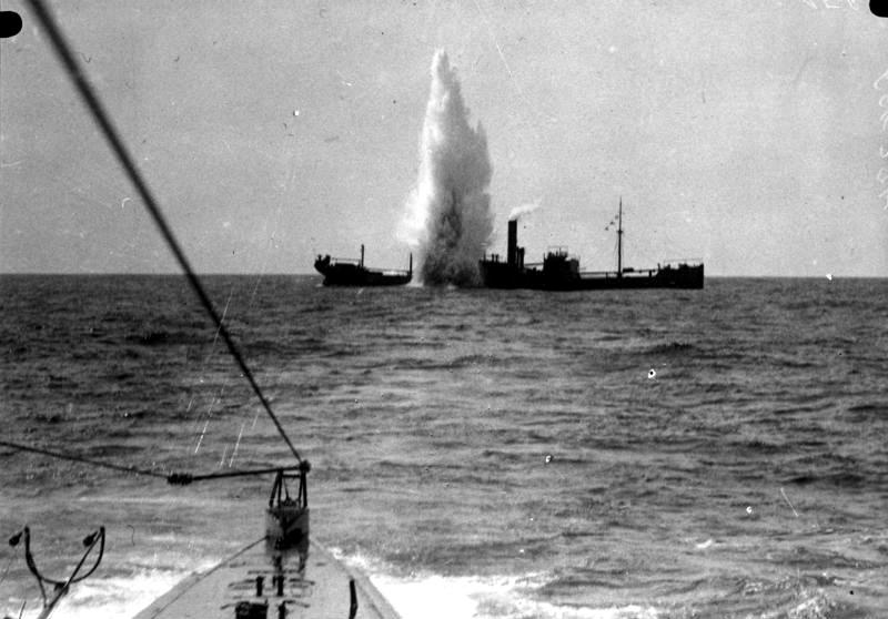 """U-Boot-Krieg: Beschuss eines britischen Frachtschiffs im Mittelmeer durch das U-Boot SM U 35 im Frühjahr 1917. U 35 versenkte mindestens 226 Schiffe und ist damit das vermutlich """"erfolgreichste"""" Kriegsschiff der Weltgeschichte."""