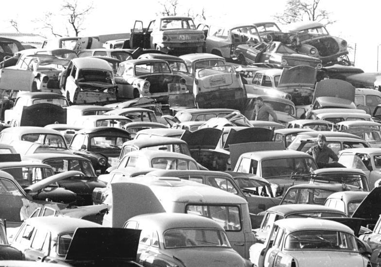 Autoschrottplatz in der DDR - Quelle : Wikicommons