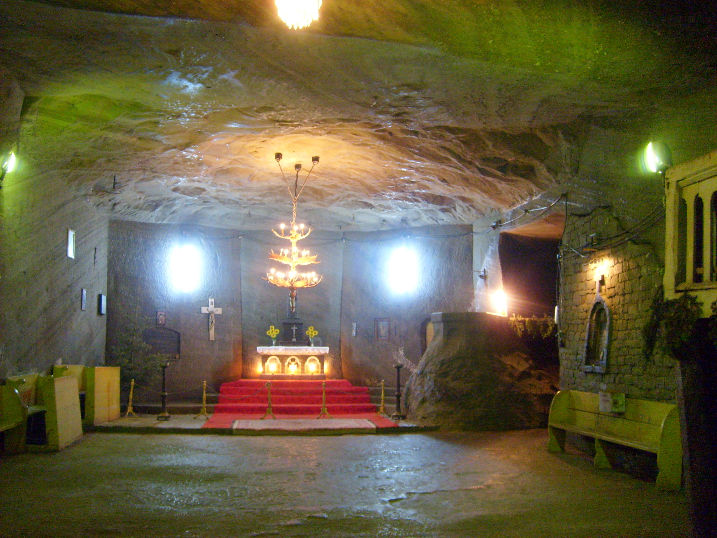 Fişier:Cacica salt mine chapel01.jpg