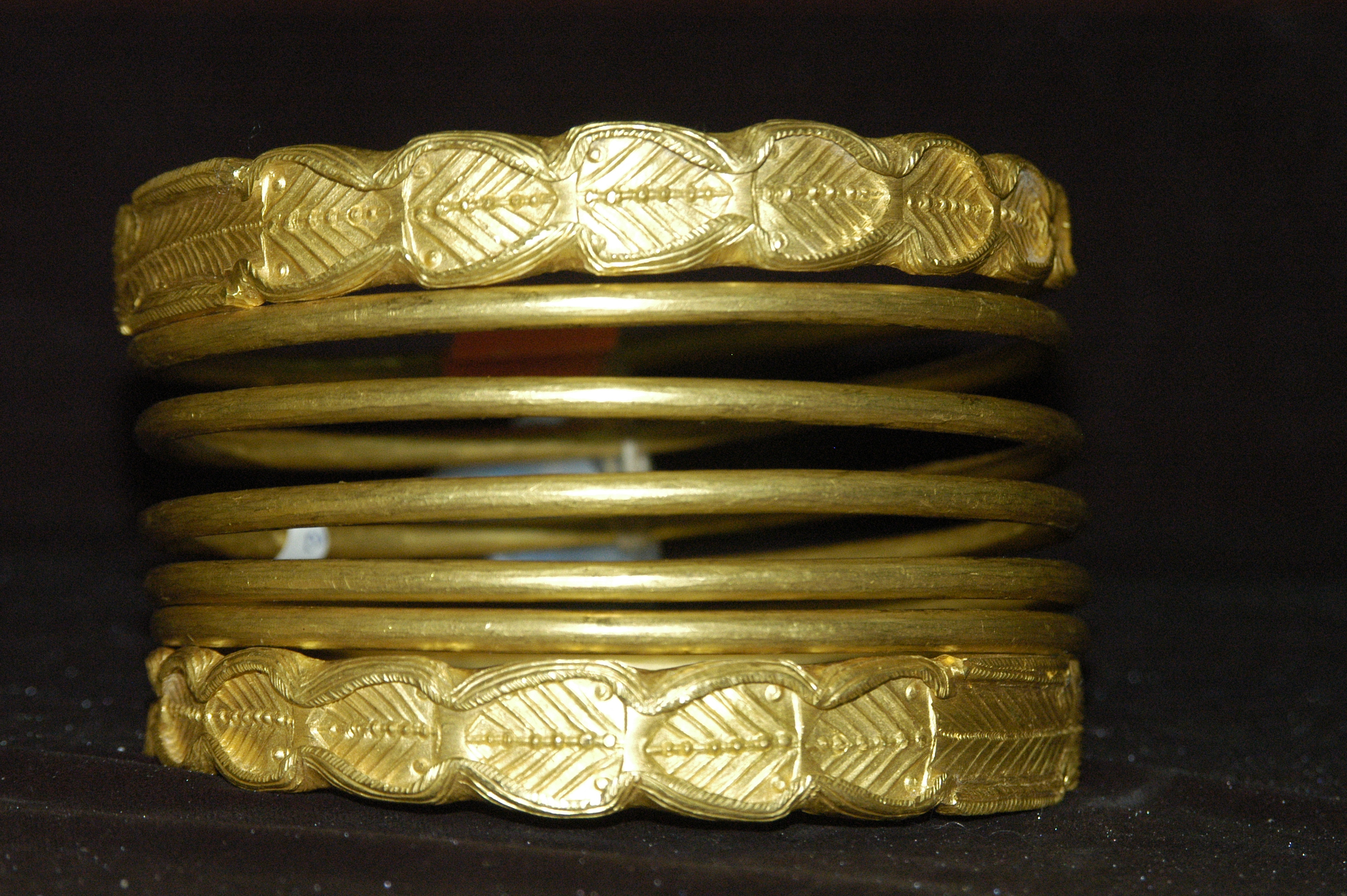 File:Dacian Gold Bracelet at the National Museum of the Union 2007 - 2.jpg  - Wikimedia Commons