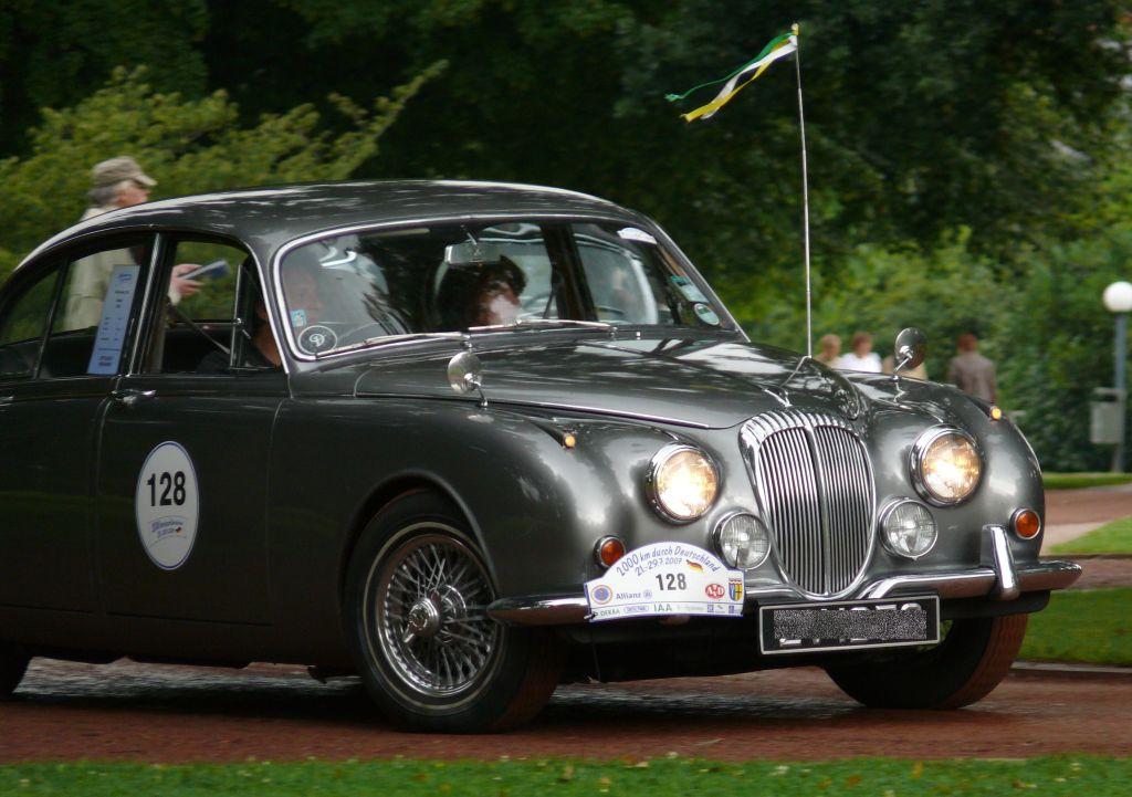 http://upload.wikimedia.org/wikipedia/commons/8/8b/Daimler_250-8_silver_vrd.jpg