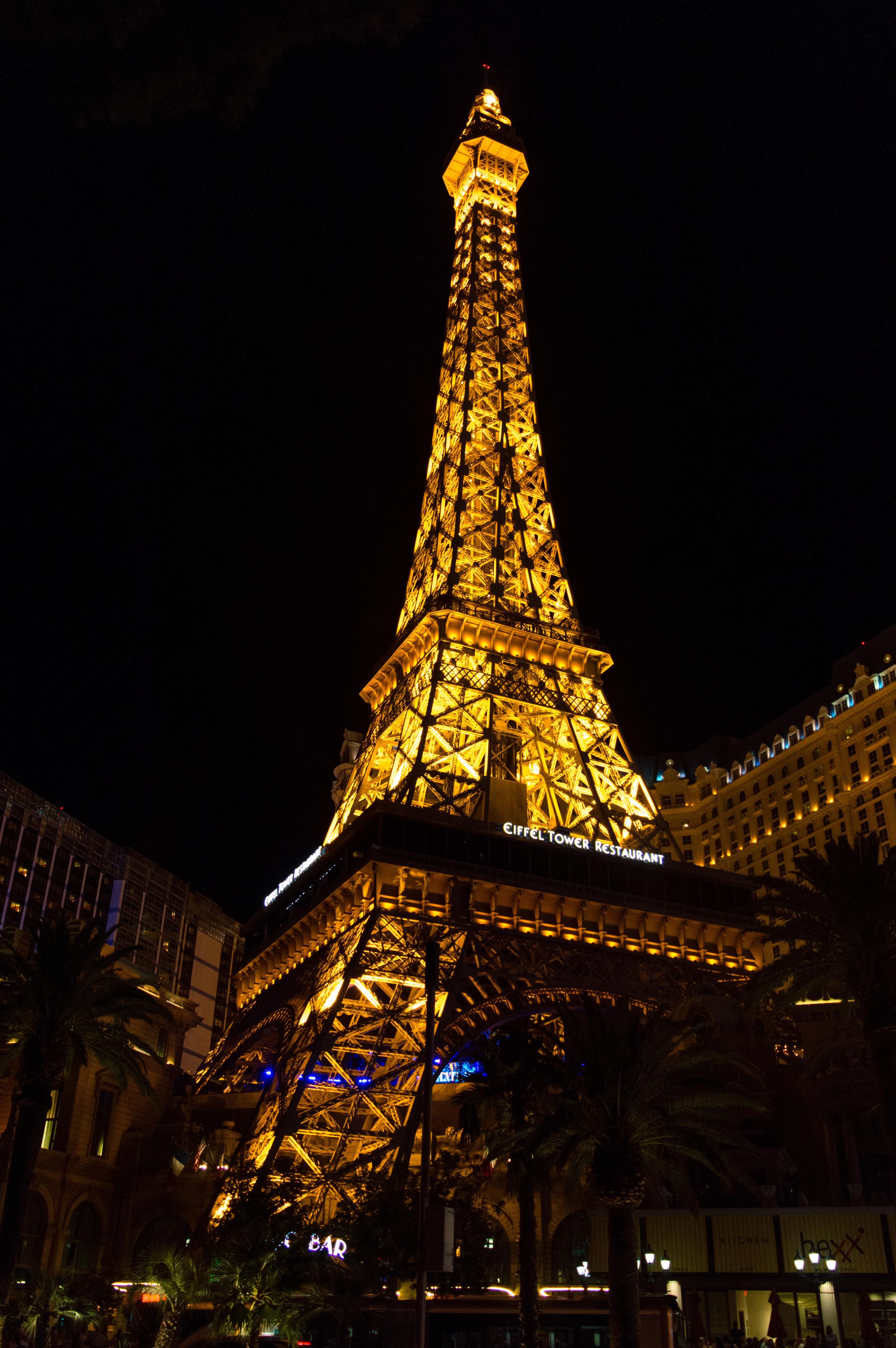 File Eiffel Tower In Las Vegas Paris At Night Jpg Wikimedia Commons