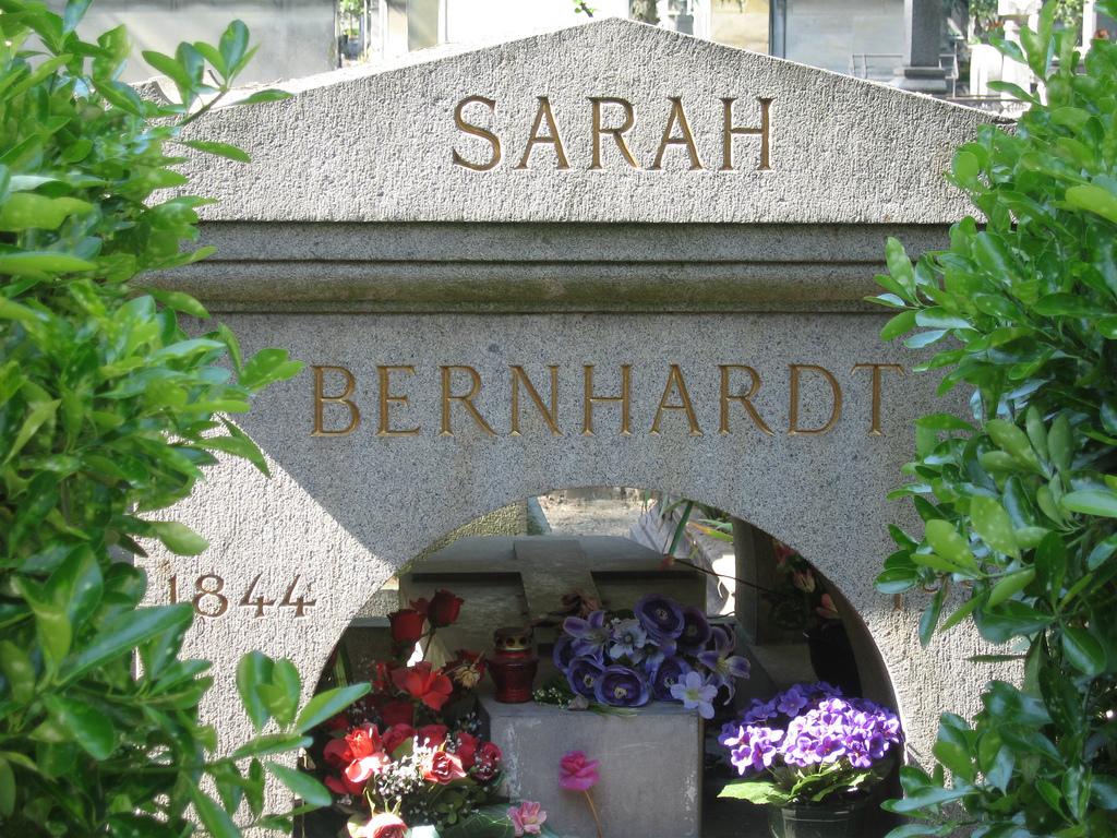 Description grave of sarah bernhardt père lachaise