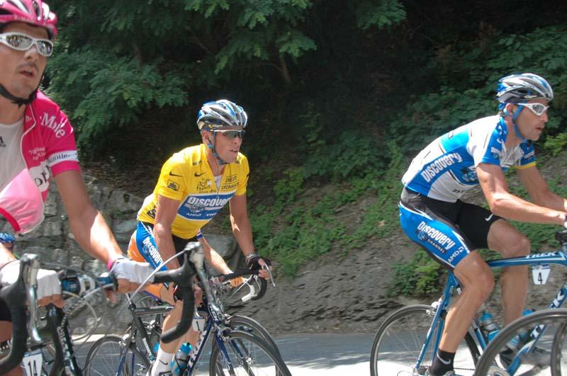 Джордж Хинкепи везёт Лэнса Армстронга к его седьмой победе на Тур де Франс. Изображение: Википедия, предоставил Pitert