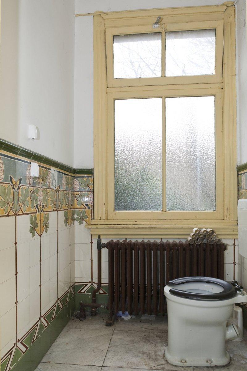 File interieur overzicht van het toilet op de begane for Art nouveau interieur