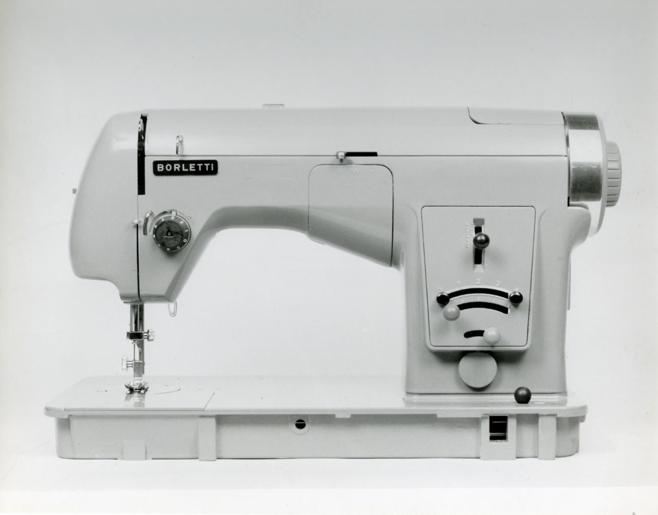 File paolo monti servizio fotografico milano 1960 for Macchine da cucire singer modelli