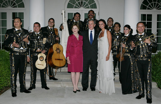 File:President George W. Bush and Laura Bush pose for photos with singer Shaila Durcal, Dorio Ferreira Sanchez and the Mariachi Campanas de America.jpg