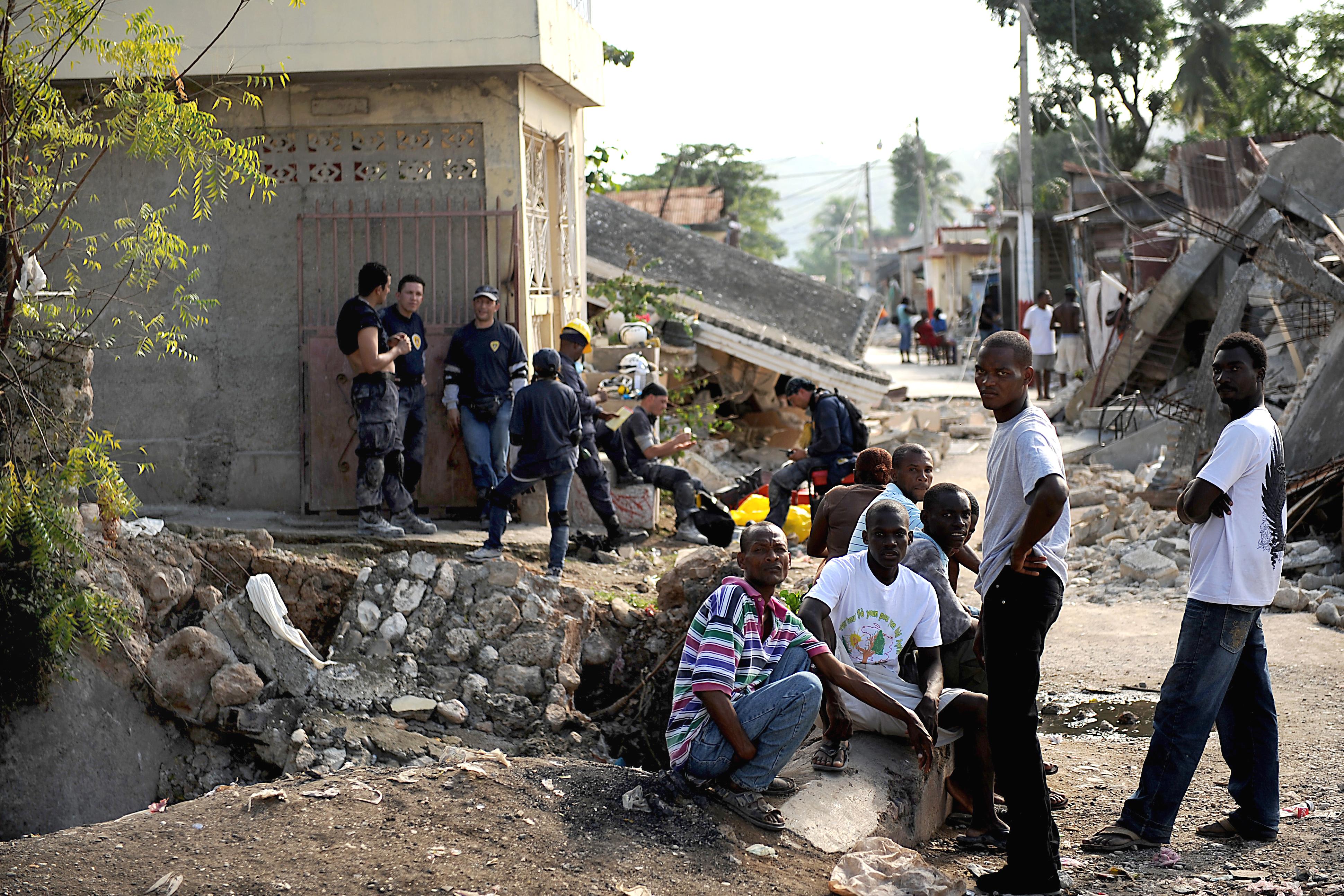 file residents in jacmel amid earthquake damage jpg file residents in jacmel amid earthquake damage 2010 01 17 1 jpg