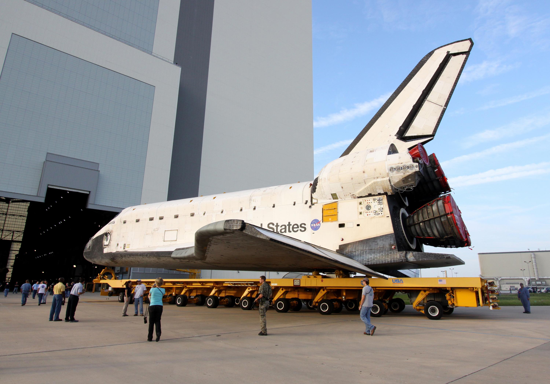 File:STS-129 Orbiter Atlantis Rollover 2.jpg - Wikimedia ...