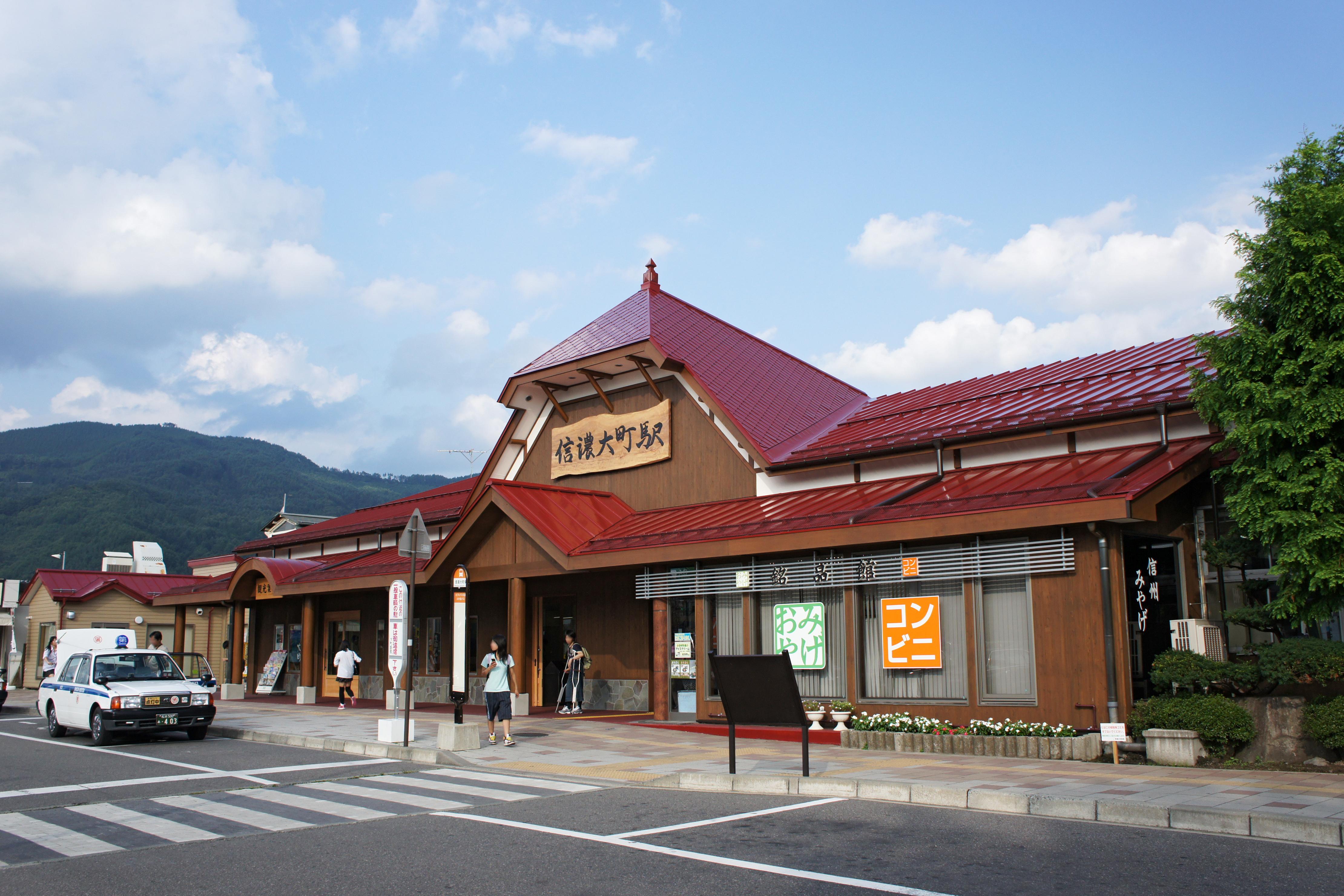 https://upload.wikimedia.org/wikipedia/commons/8/8b/Shinano-Omachi_Station09n4440.jpg