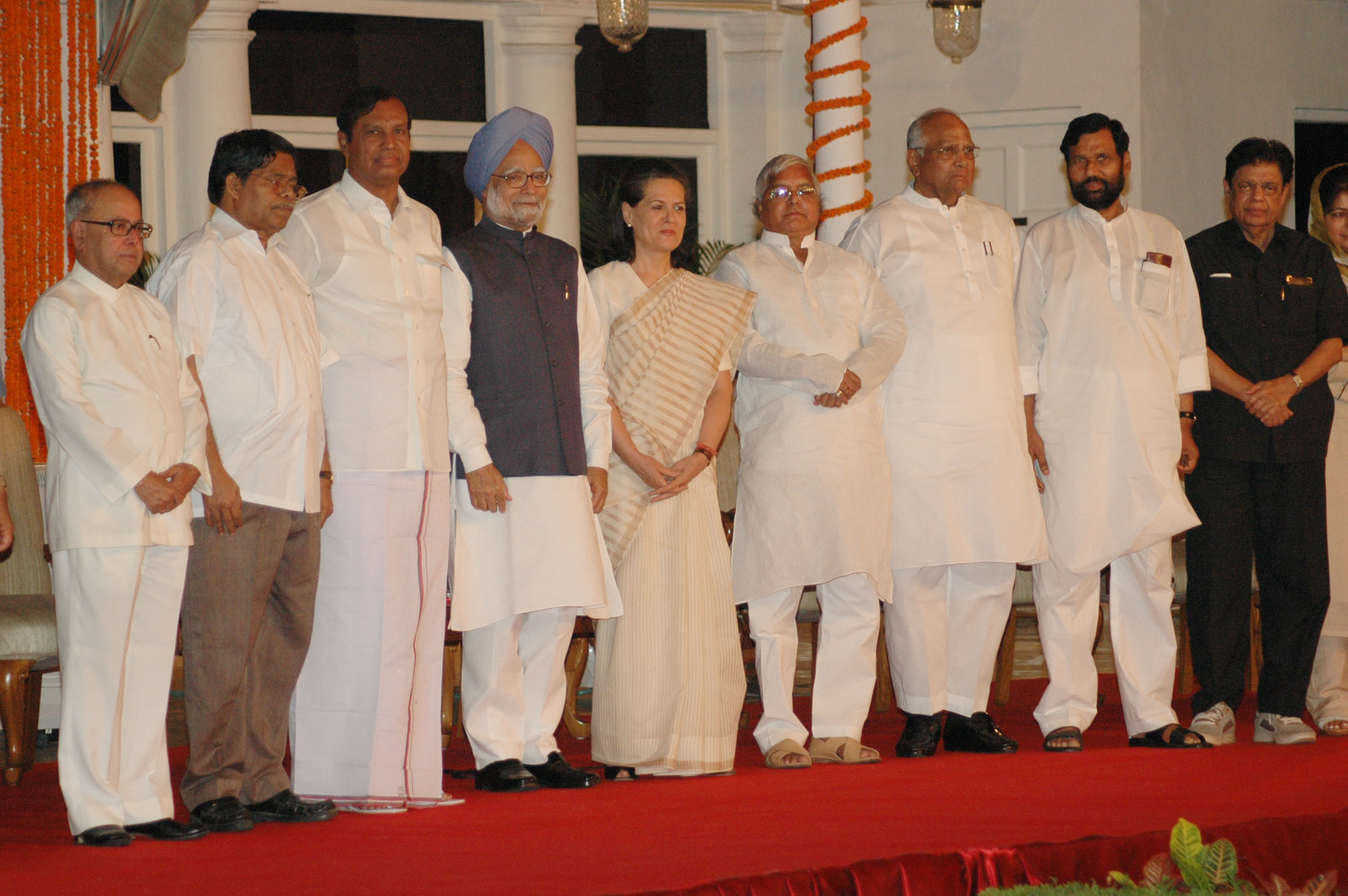 file:the prime minister, dr. manmohan singh, the chairperson, upa, smt. sonia gandhi and other leaders of upa posing for group photograph on the occasion of third anniversary of the upa government, in
