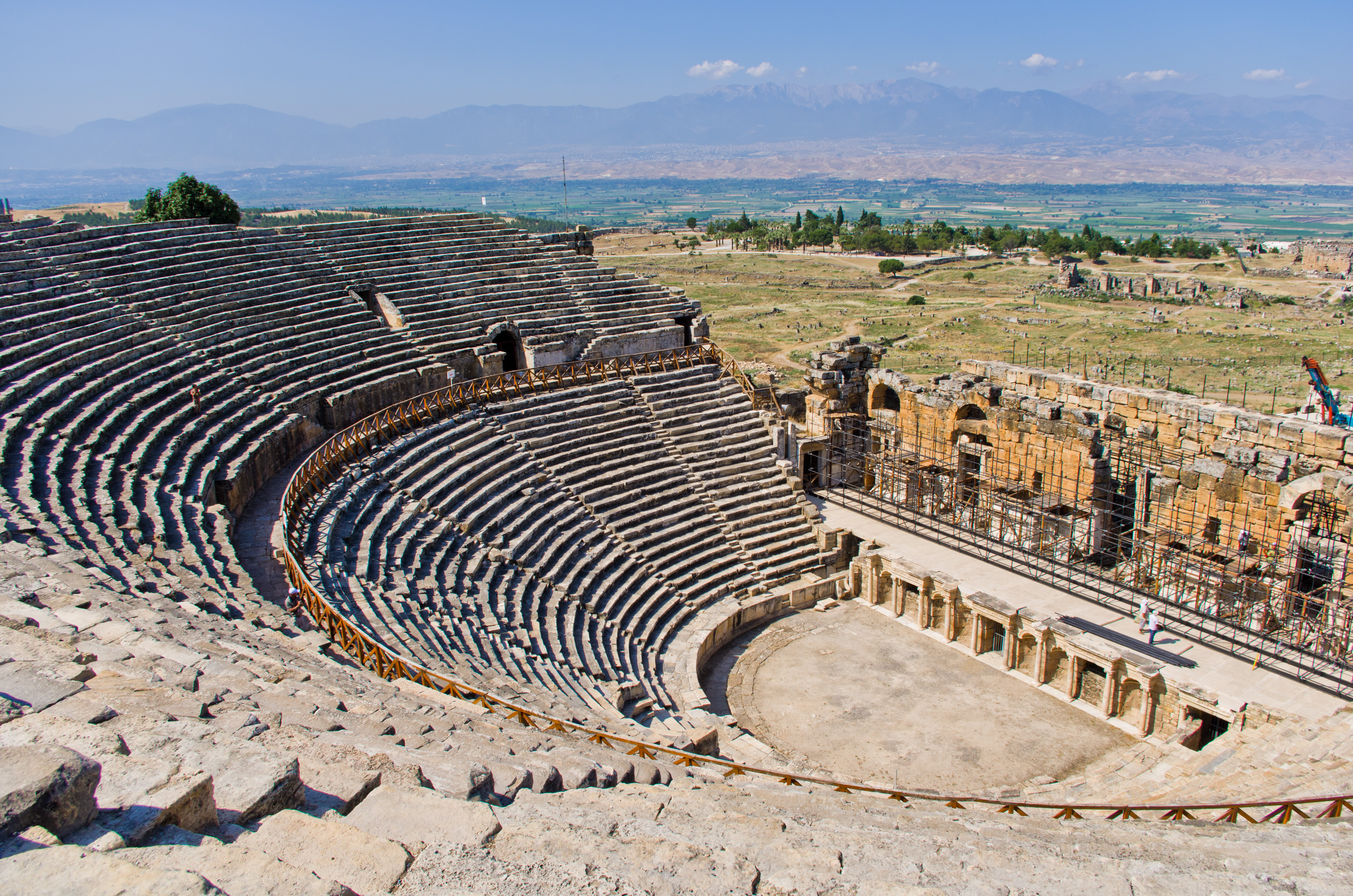 https://upload.wikimedia.org/wikipedia/commons/8/8b/Theatre_in_Hierapolis_5.jpg