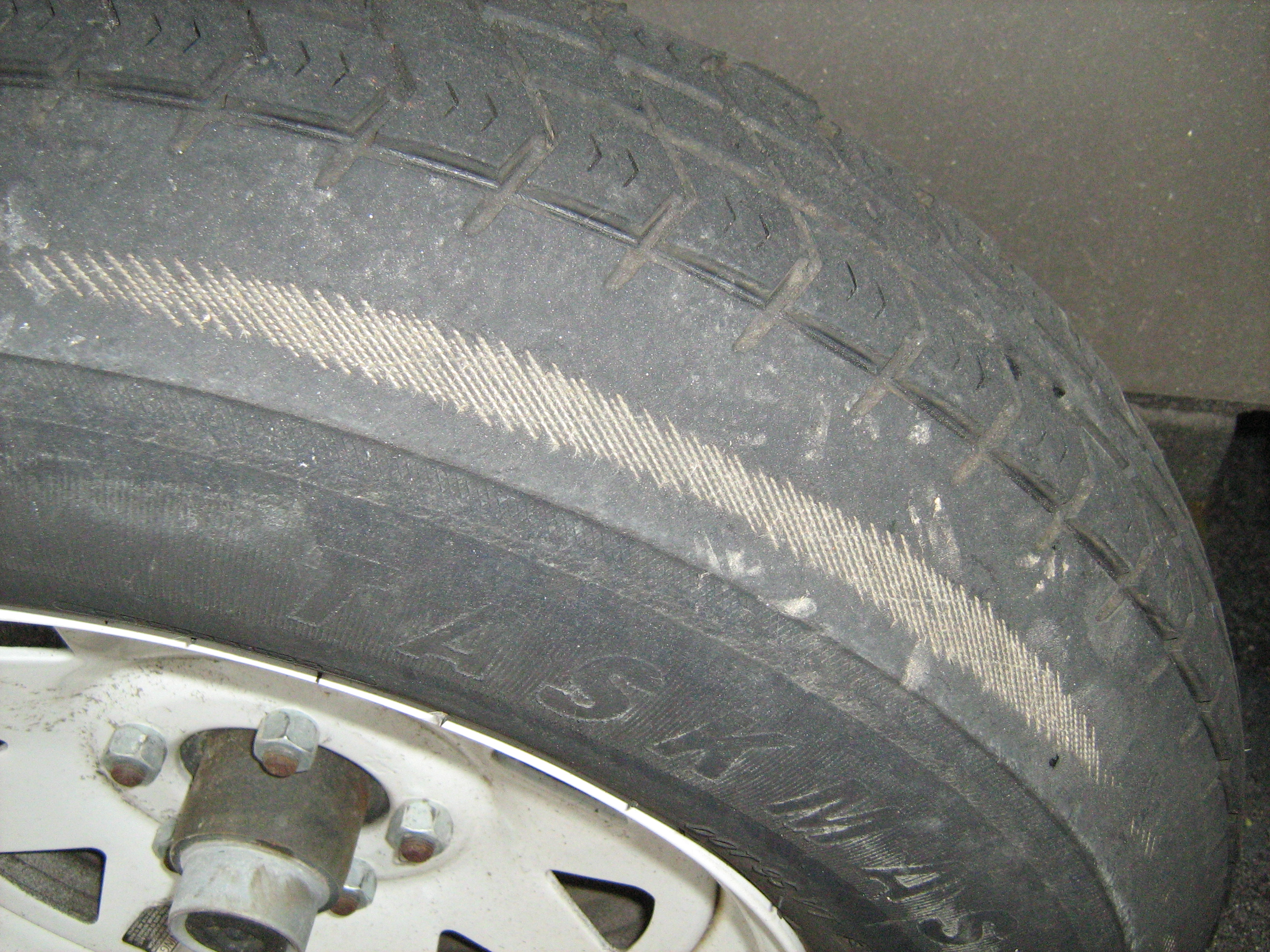 File:Tire Severe Under Inflation Wear.jpg - Wikimedia Commons