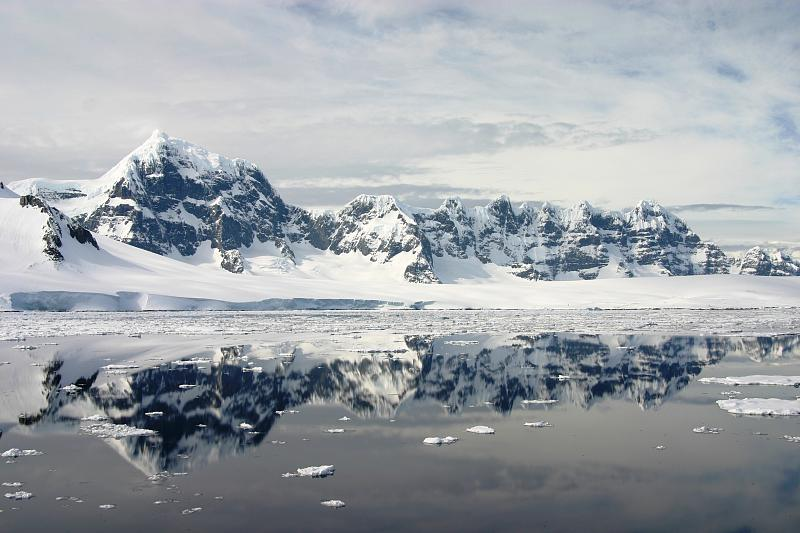 fileantarctic mountains and drifting icejpg wikimedia