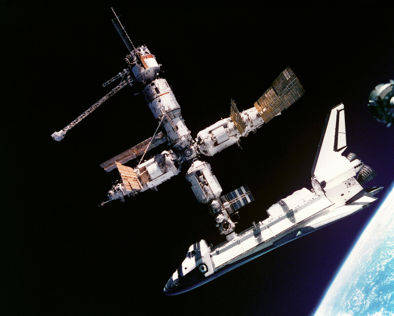 Atlantis_docked_to_MIR_-_GPN-2000-001315.jpg