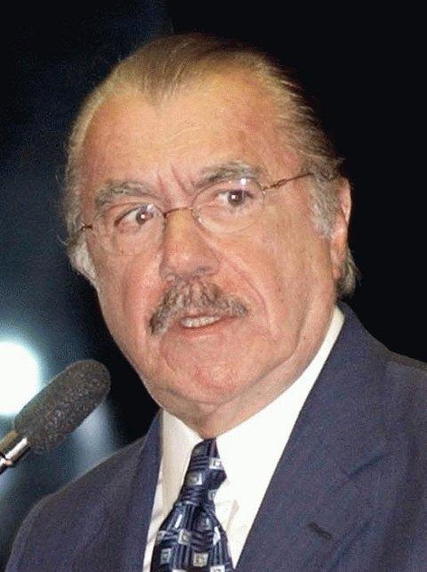 José Sarney, de óculos e terno cinza