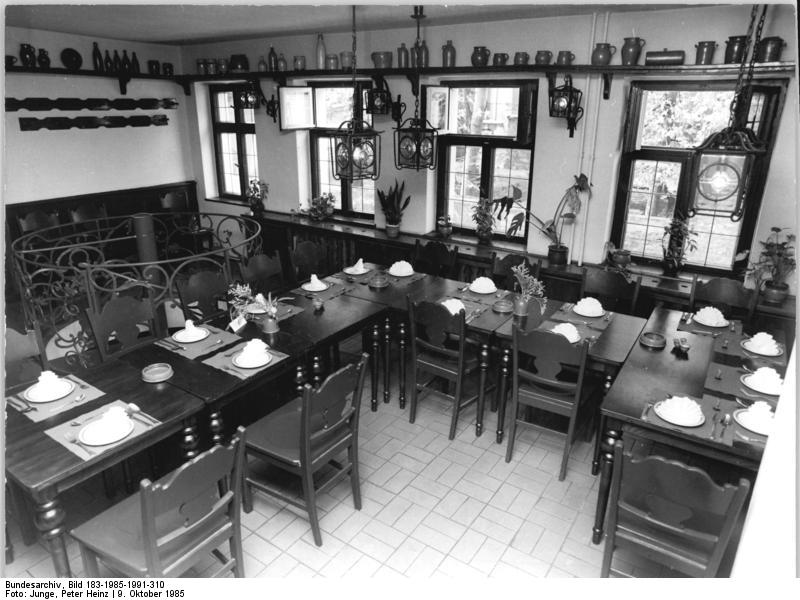 Zur letzten Instanz, Bundesarchiv, Bild 183-1985-1991-310 / CC-BY-SA 3.0 [CC BY-SA 3.0 de (https://creativecommons.org/licenses/by-sa/3.0/de/deed.en)], via Wikimedia Commons