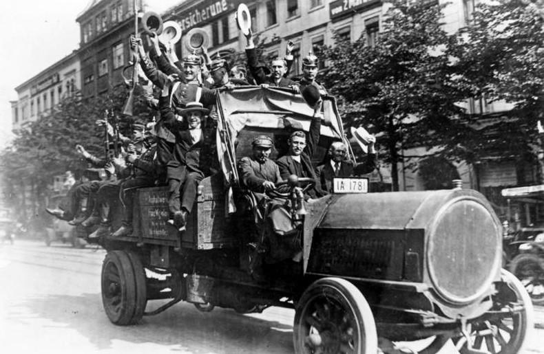 Reservisten auf Lastwagen, Berlin, 1914