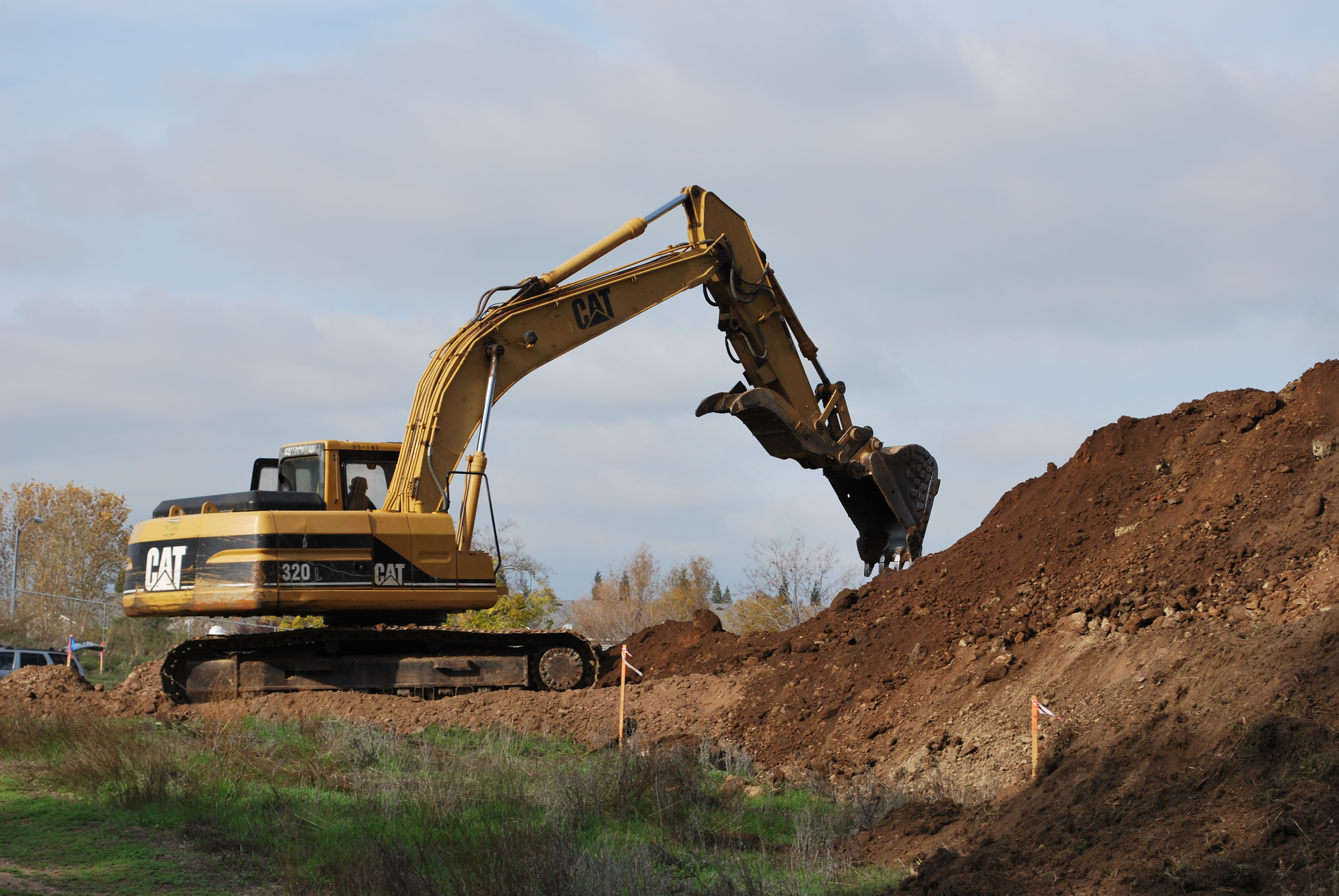 Description CAT 320.excavator.jpg
