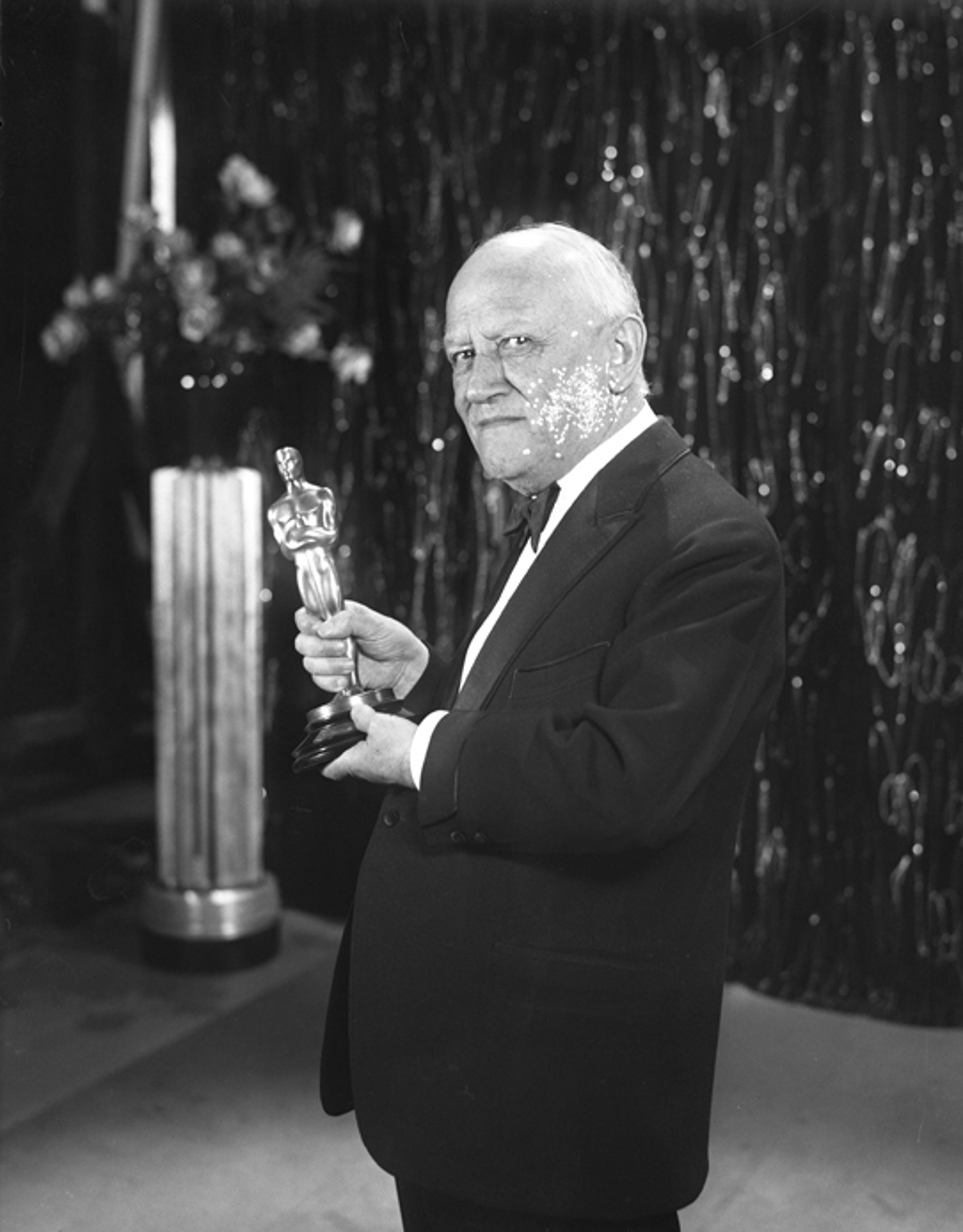 Carl Laemmle holding an Oscar trophy, 1930.jpg