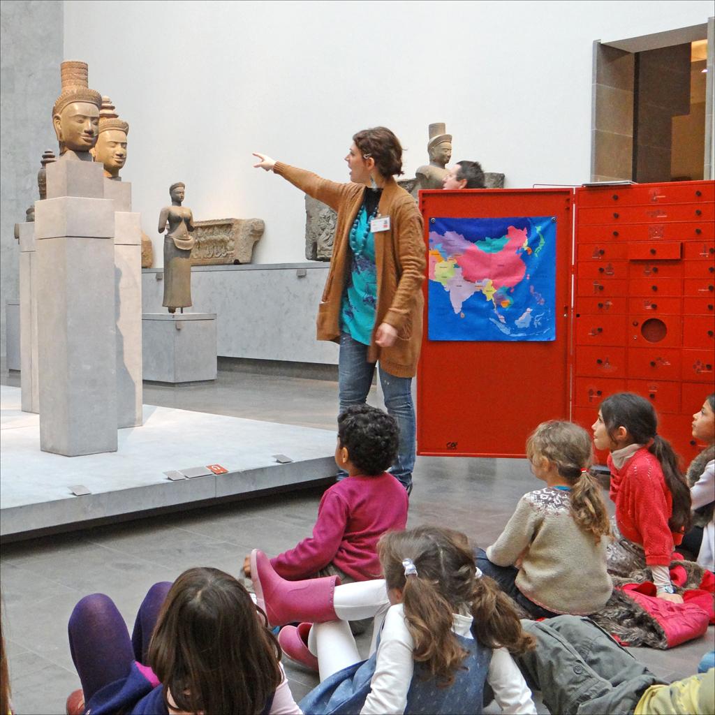 Museilärare med grupp av barn. Découverte des Dieux de l'Inde (musée Guimet). Foto: Dalbera CC-by-2.0