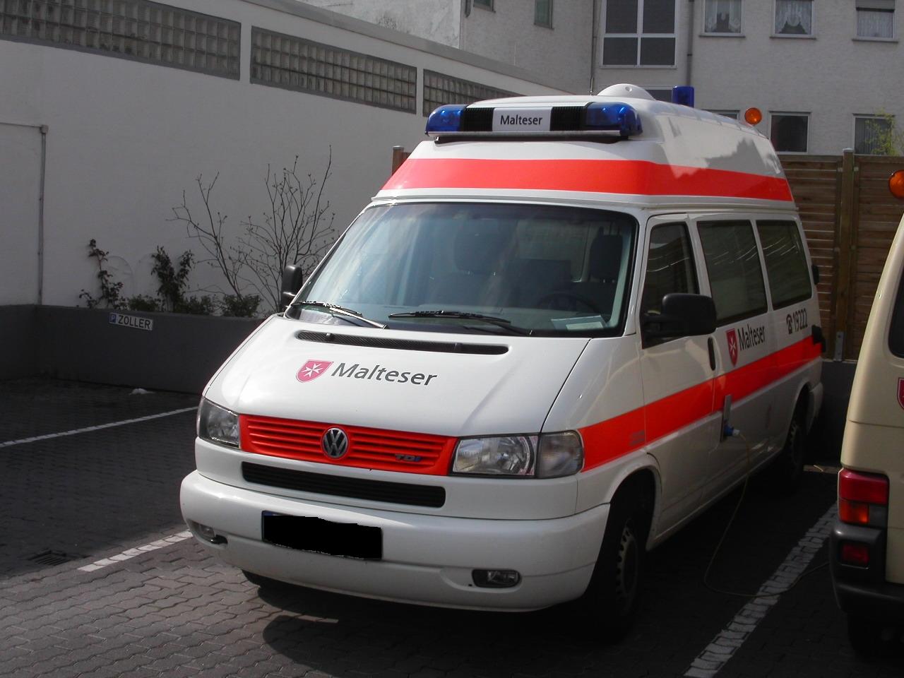 Beispiel eines Krankentransportwagens mit Hochdachauf Basis eines VW T4 (Malteser Hilfsdienst)