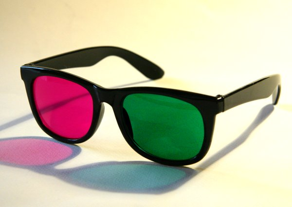 https://upload.wikimedia.org/wikipedia/commons/8/8c/Green-Magenta-Glasses.jpg