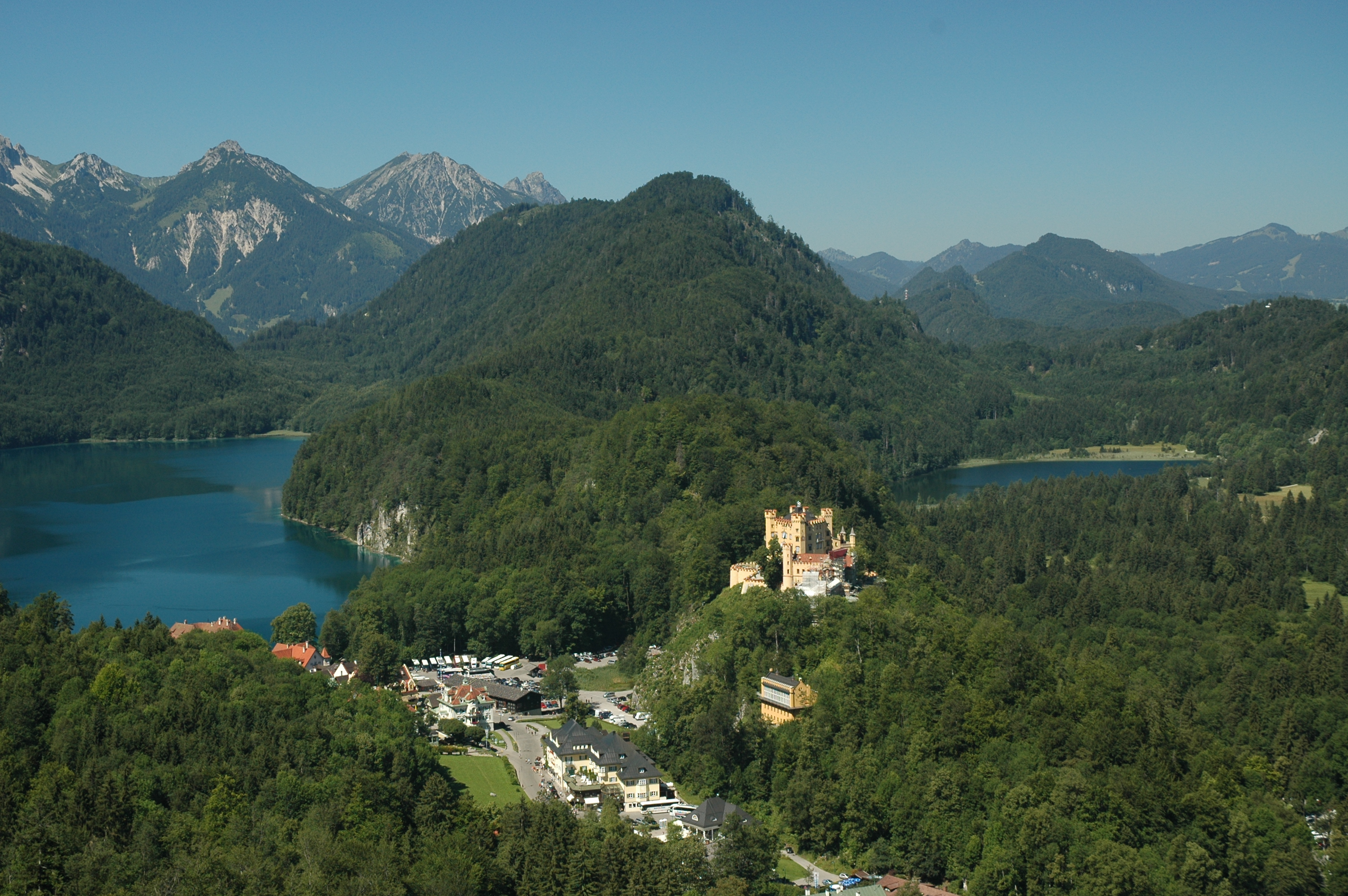 https://upload.wikimedia.org/wikipedia/commons/8/8c/Hohenschwangau_Castle_and_Village.jpg