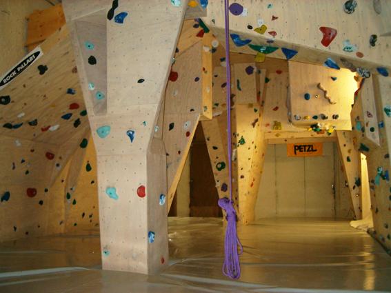 File:Indoor Blokklimzaal.jpg