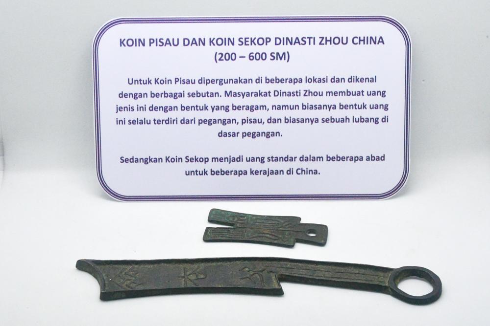 File:MUS Koin pisau & koin sekop Dinasti Zhou Tiongkok 600-200 SM; 1.jpg