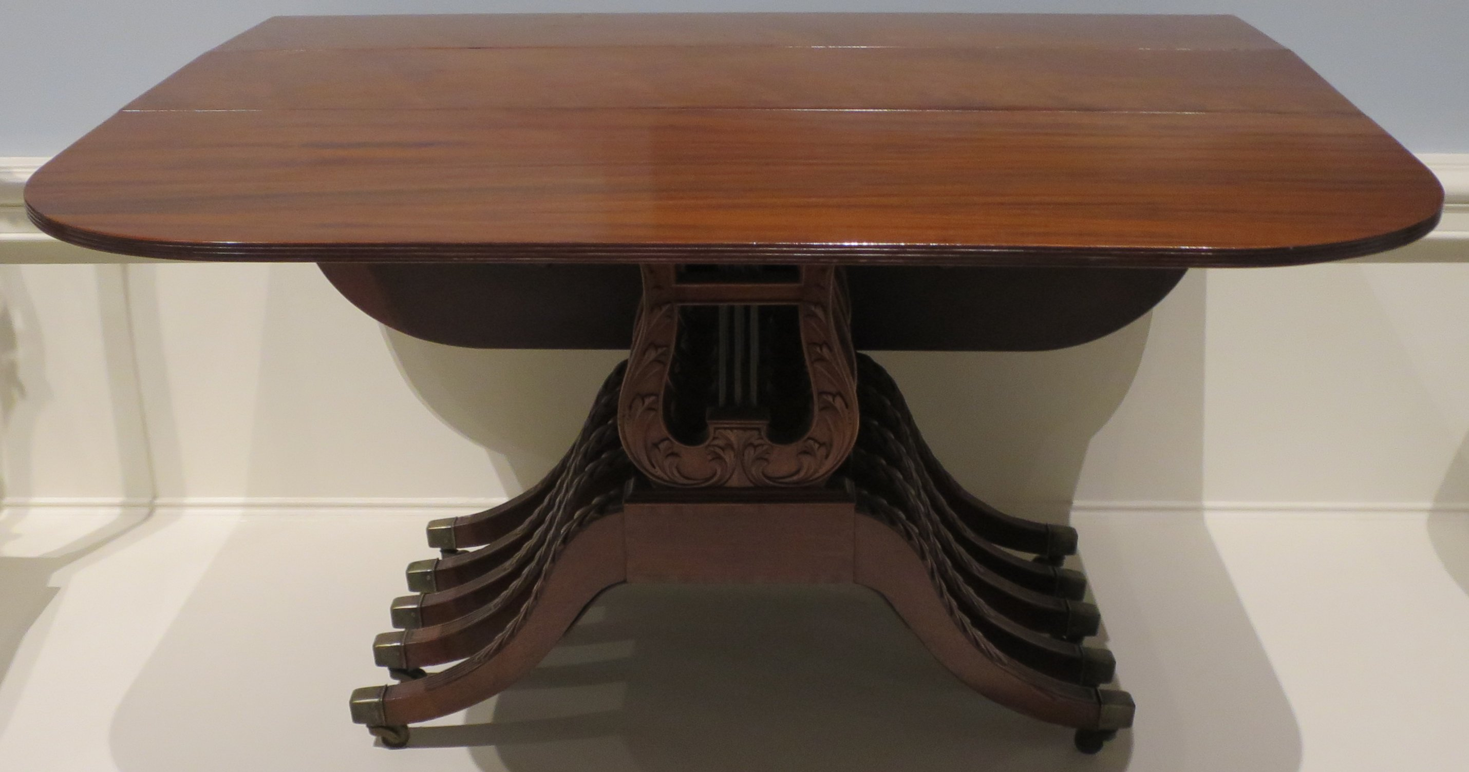File Mahogany dining table attributed to Duncan Phyfe c 1815