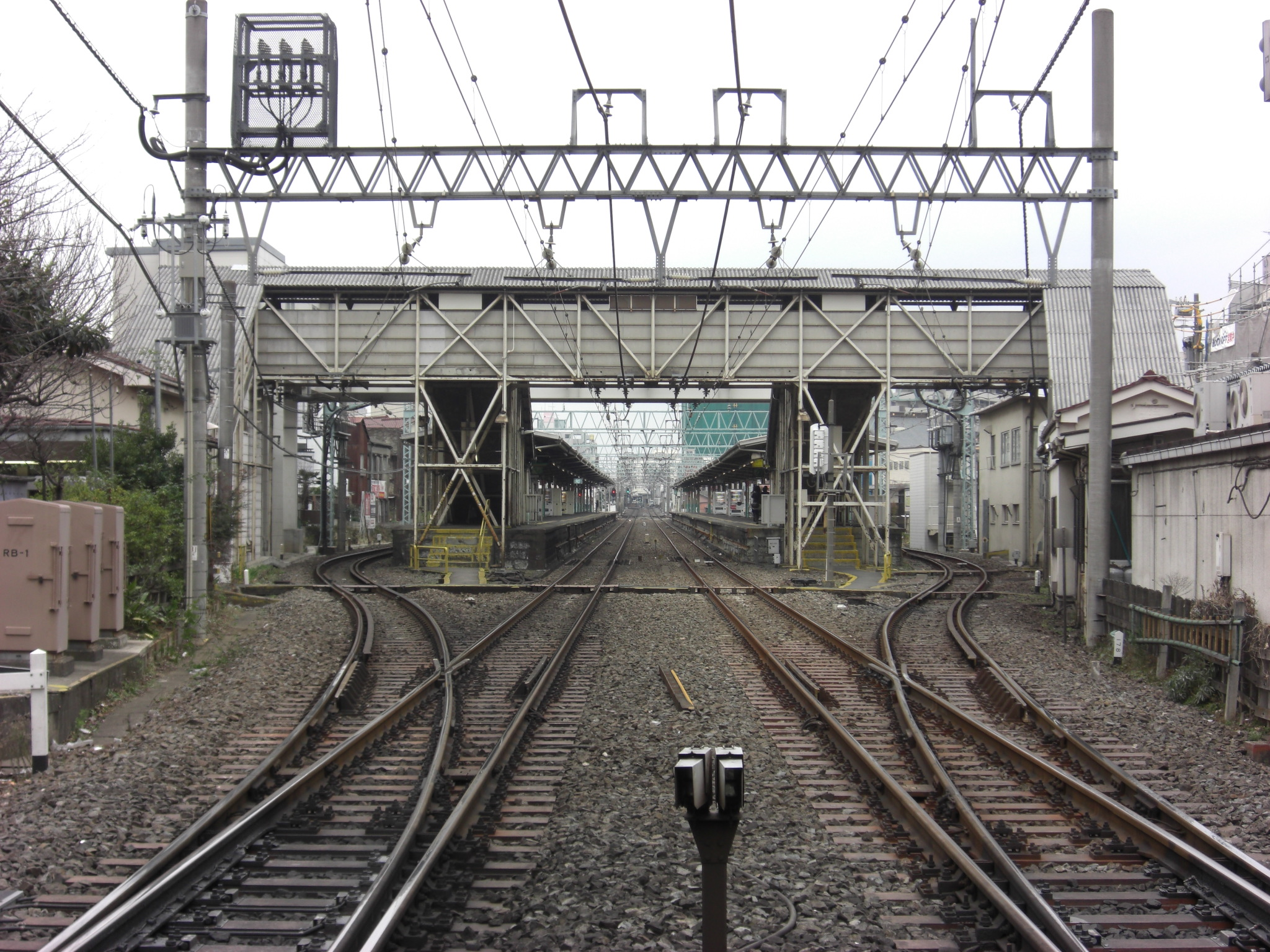https://upload.wikimedia.org/wikipedia/commons/8/8c/NakaItabashi-st-Platform.JPG