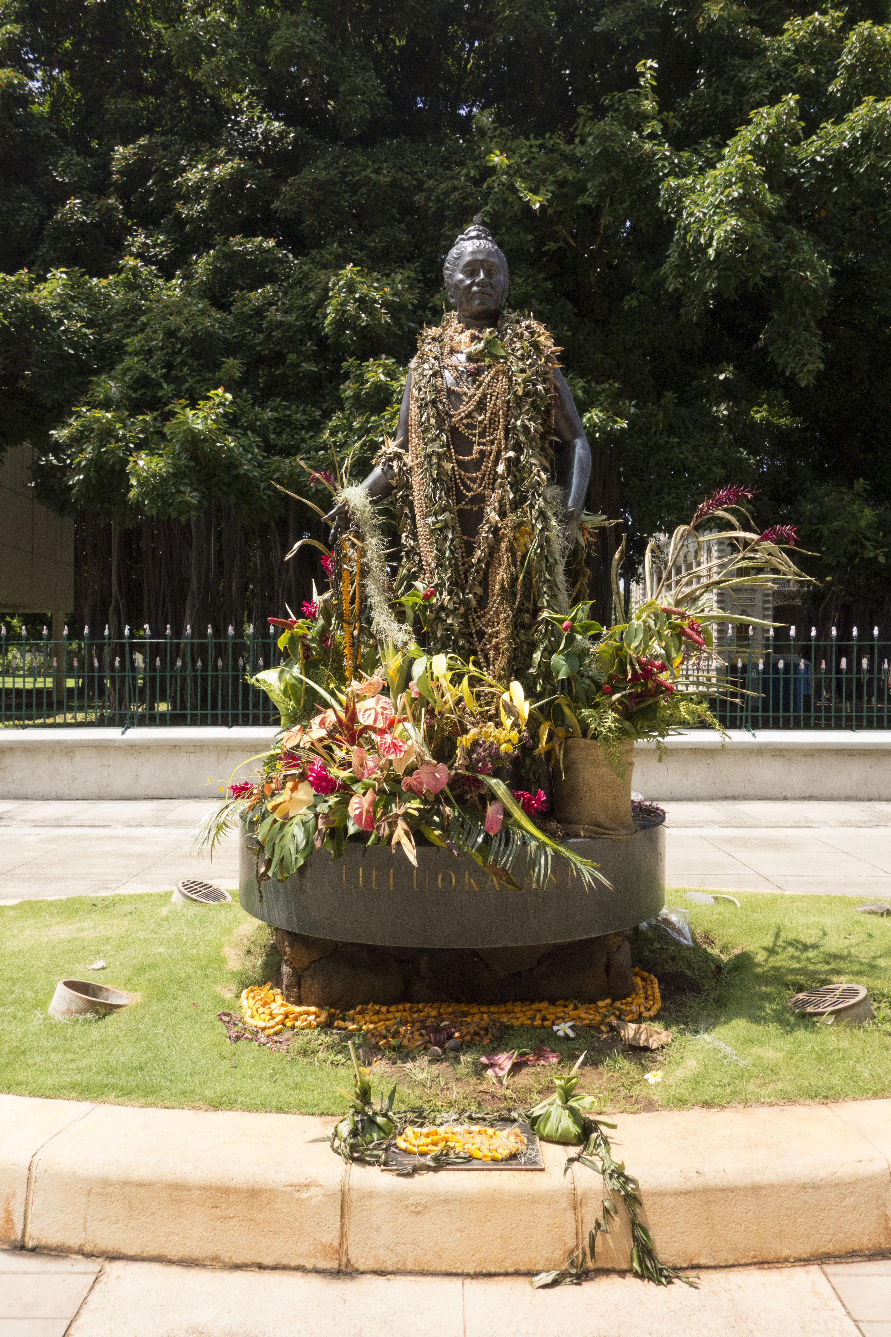 File:Queen Liliuokalani Statue with leis and flowers (23632854261 ...