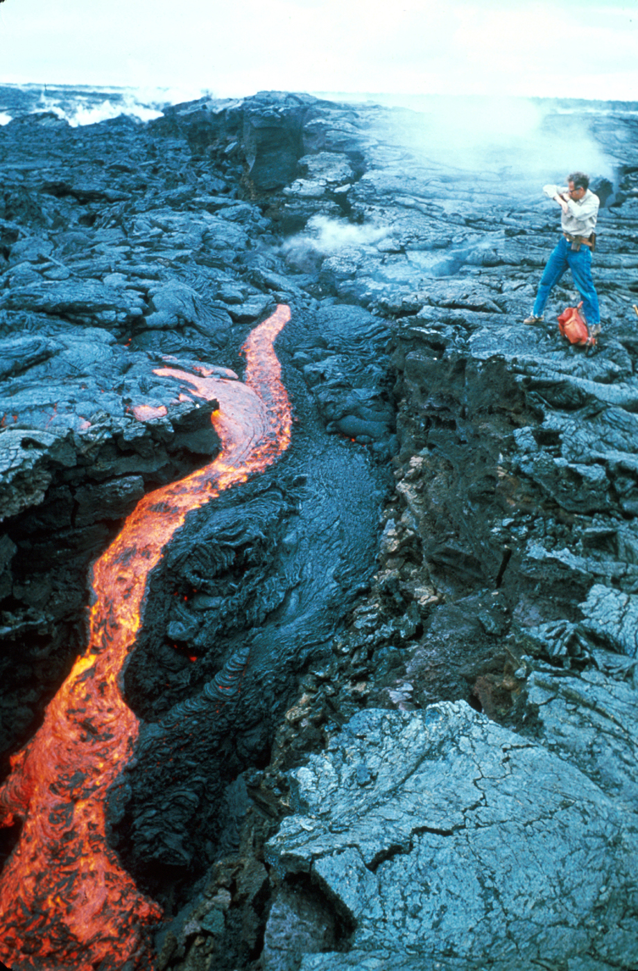 https://upload.wikimedia.org/wikipedia/commons/8/8c/Scientist_collecting_pahoehoe%2C_Kilauea.jpg