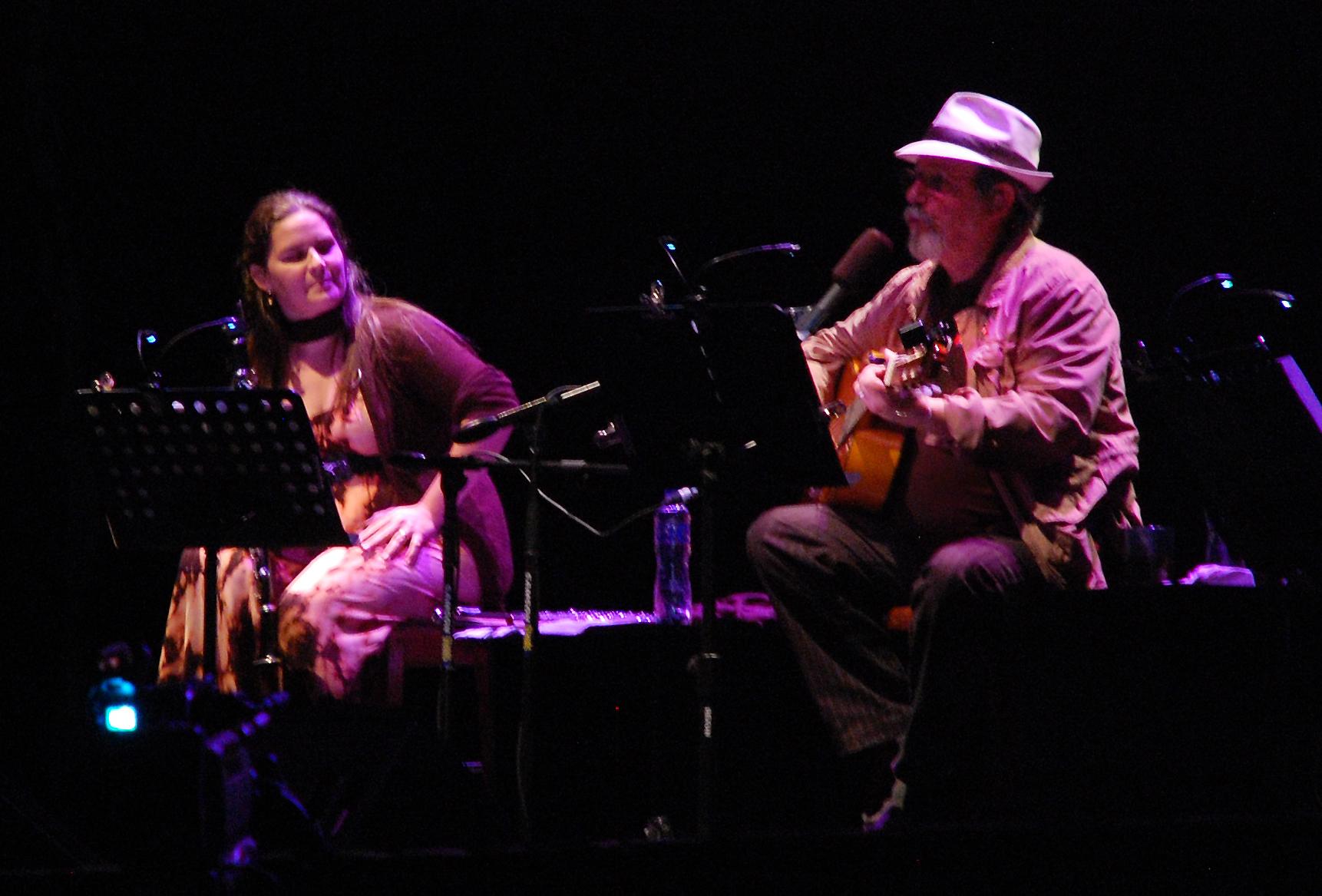 Niurka González y Silvio Rodríguez en un concierto en Lima el 2013.