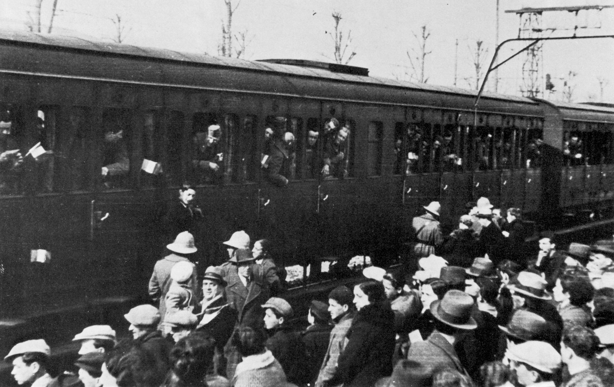 Des soldats italiens partent pour l'Afrique depuis la Toscane. On distingue déjà leurs casques coloniaux.