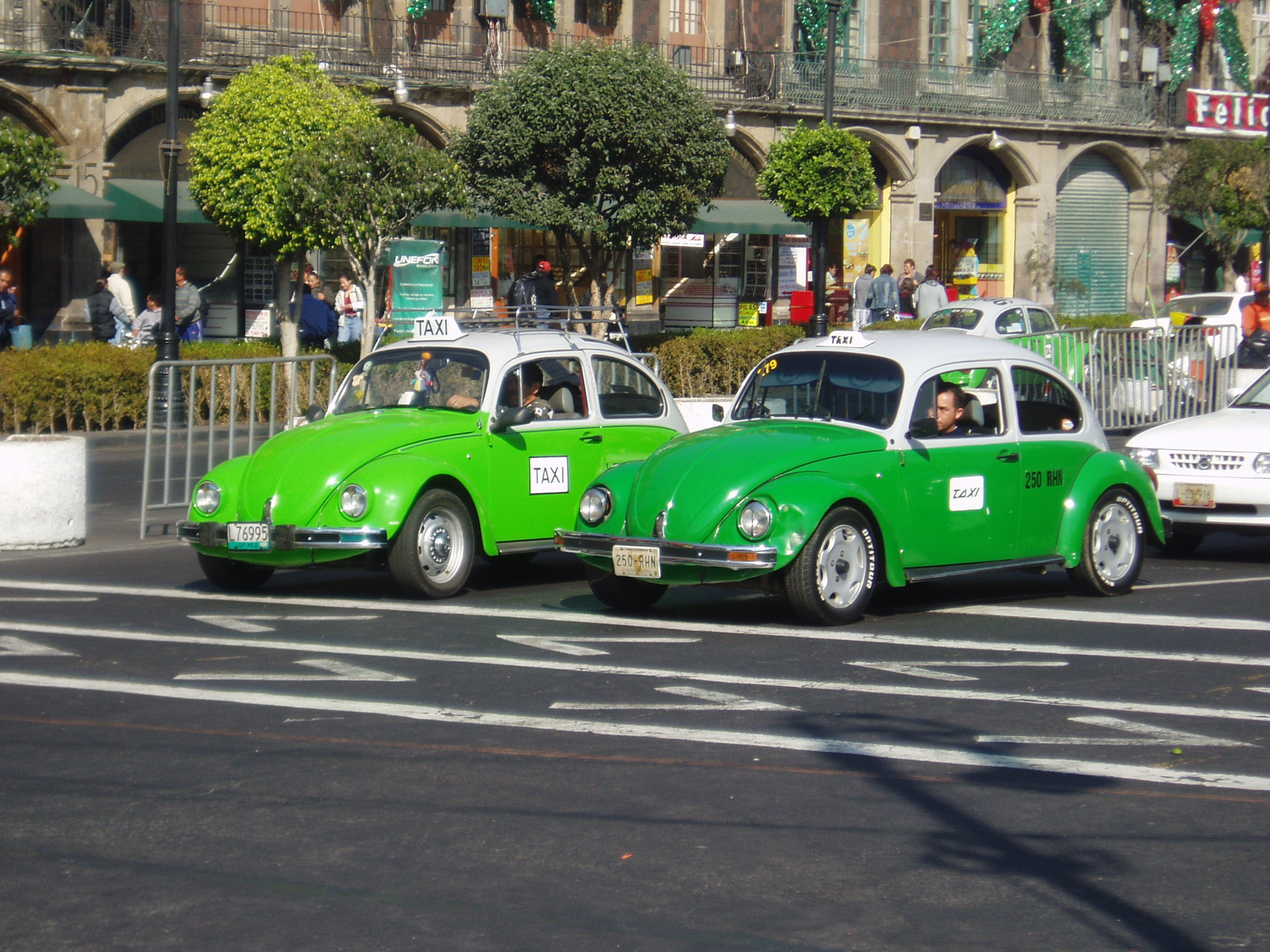 https://upload.wikimedia.org/wikipedia/commons/8/8c/Taxis_in_Mexico_City.jpg