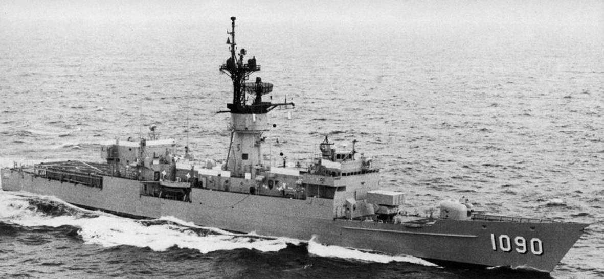 File:USS Ainsworth (FF-1090) underway at sea, in 1981 jpg