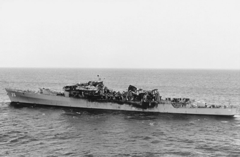 https://upload.wikimedia.org/wikipedia/commons/8/8c/USS_Belknap_collision_damage.jpg