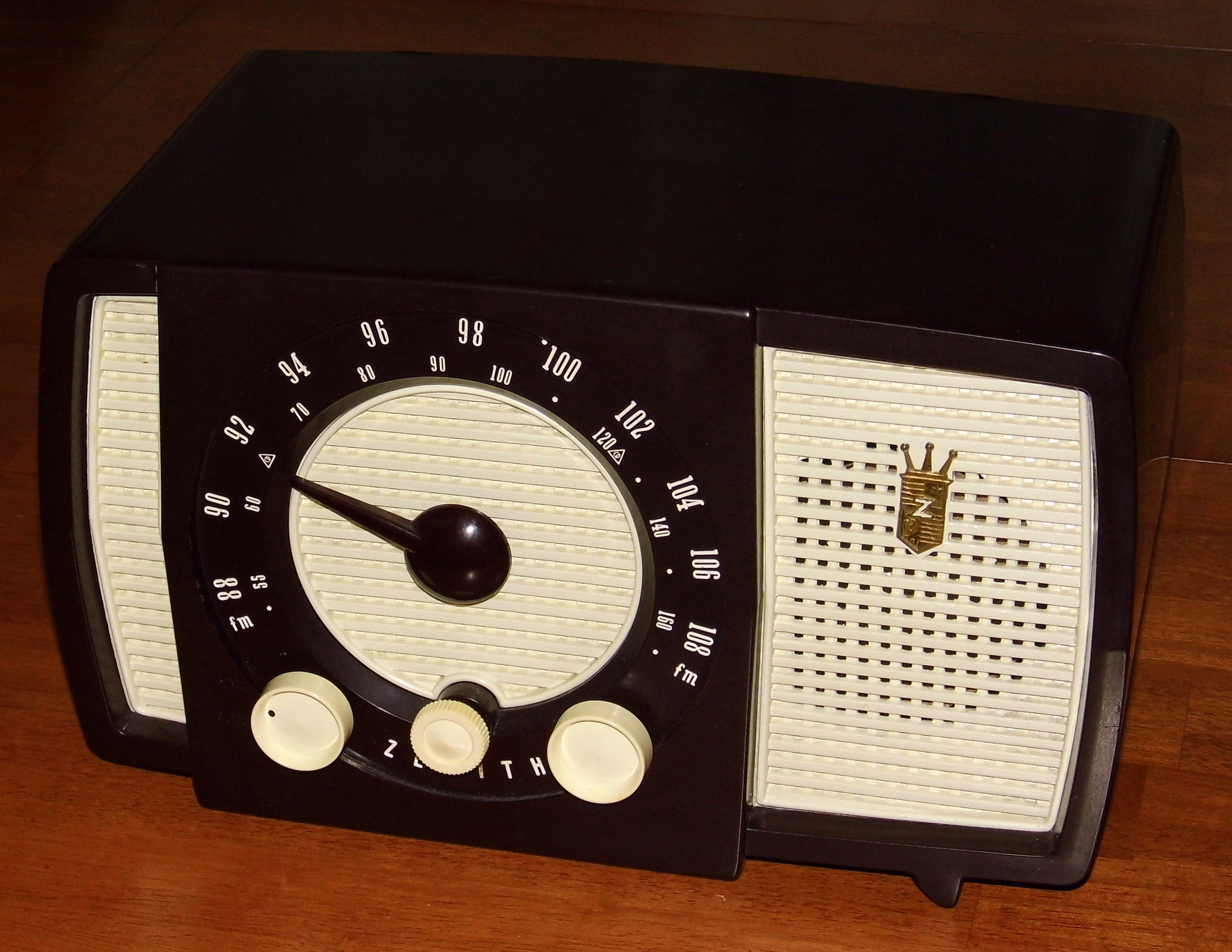 File:Vintage Zenith Table Radio, Model Y723, Two Band (AM