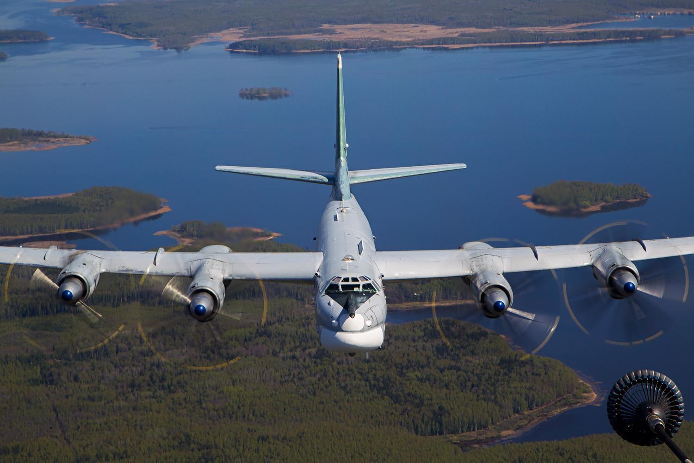 Стратегический бомбардировщик Ту-95МС на дозаправке в воздухе