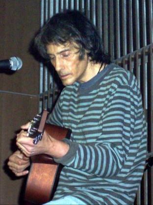 Vega durante un concierto en la Sala Capitol de Santiago de Compostela en 2004.