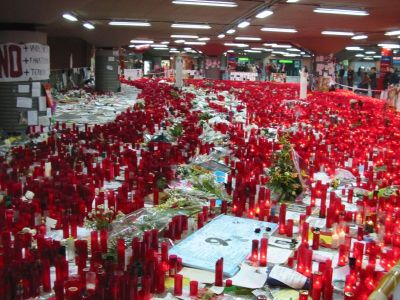Ficheiro:Atocha Station makeshift shrine march 2004.jpg