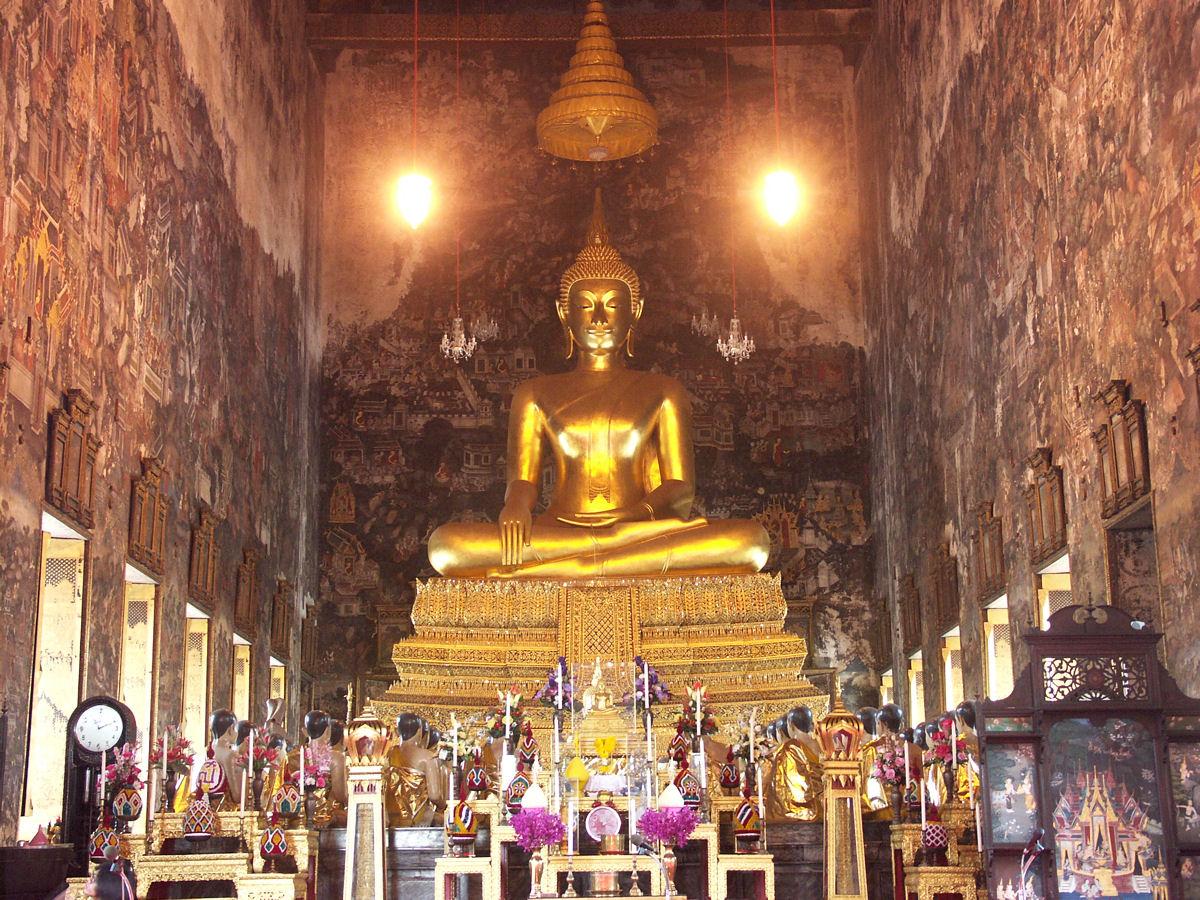 File:Bangkok wat suthat 006.JPG