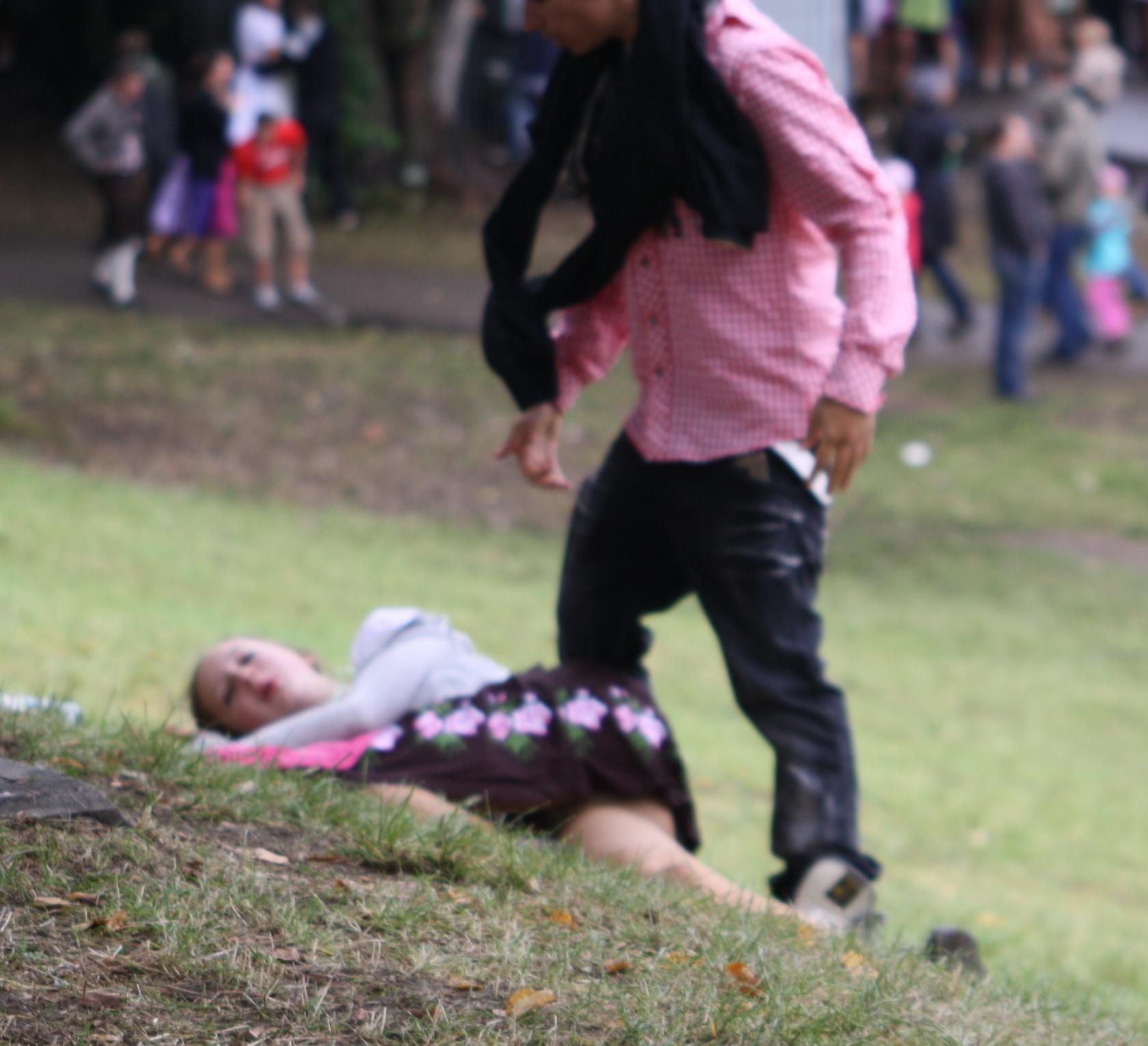 File:Betrunkene Frau am Oktoberfest im Dirndl.JPG