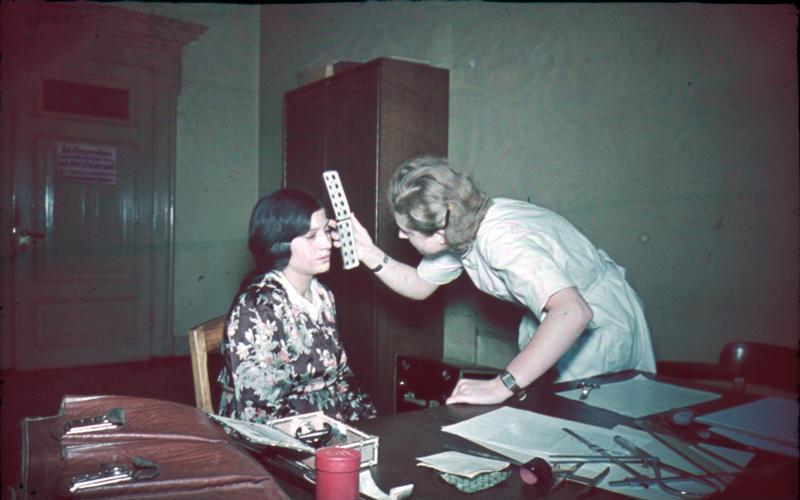 File:Bundesarchiv R 165 Bild-244-64,  Bestimmung der  Augenfarbe.jpg