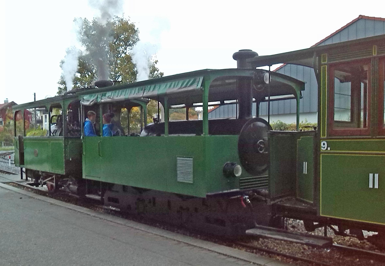 Datei:Chiemseebahn-Dampf-und-Diesel.jpg – Wikipedia