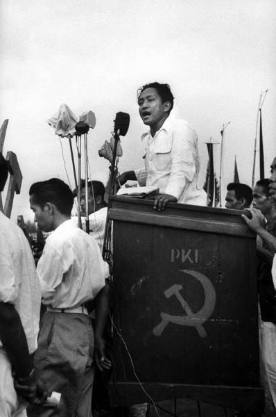 Potongan wajah Dipa Nusantara Aidit, atau D.N. Aidit, yang dikenal sebagai Ketua Umum Partai Komunis Indonesia (PKI) dipajang di Terminal 3 Ultimate Bandara Soekarno Hatta sebagai satu karya seni.